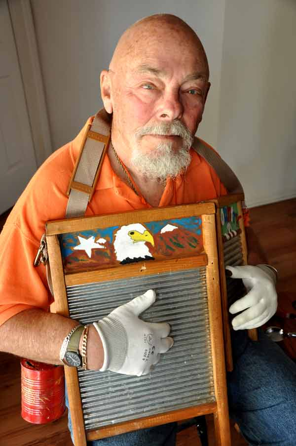 Larry Eidelberg with his washboard and spoons